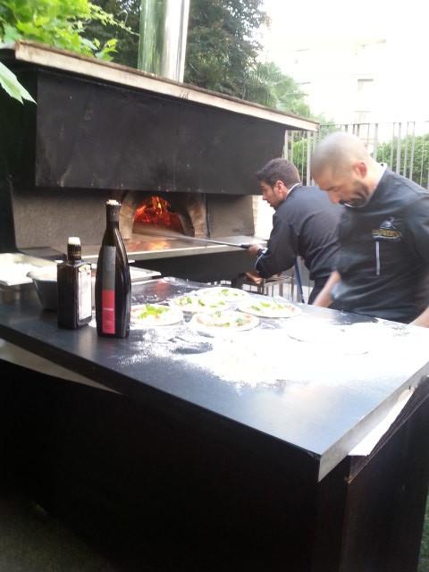 I pizzaioli della Taverna Gourmet al lavoro con il nostro PietreNere